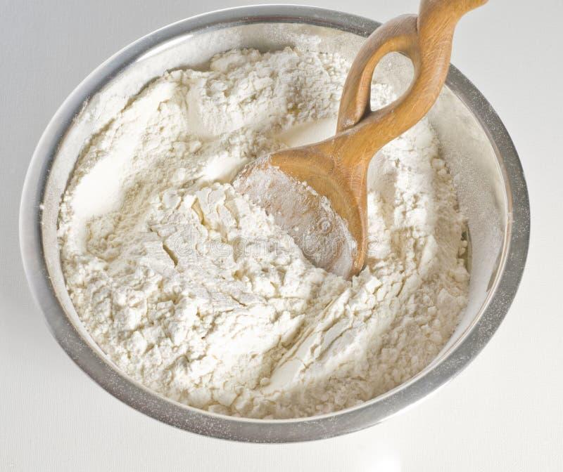 Farina bianca in ciotola immagini stock