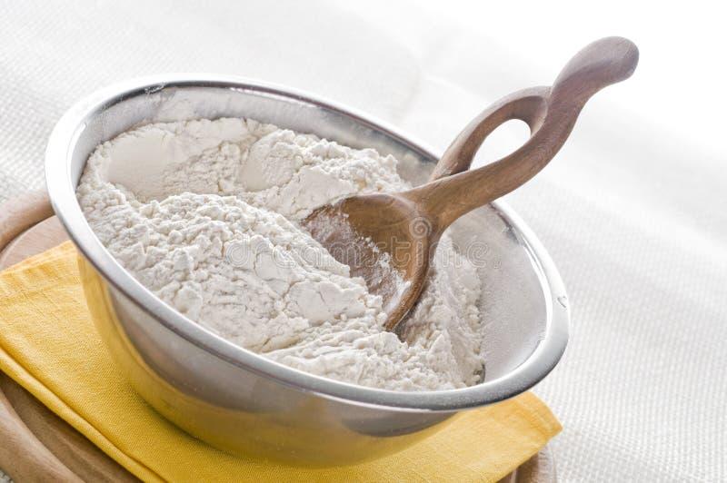 Farina bianca in ciotola fotografia stock