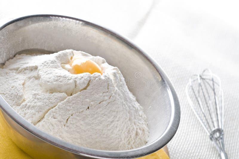 Farina bianca ed uovo in ciotola immagini stock libere da diritti
