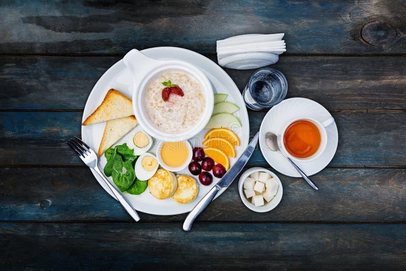 Farina d'avena sana della prima colazione con i frutti e le bacche fotografia stock