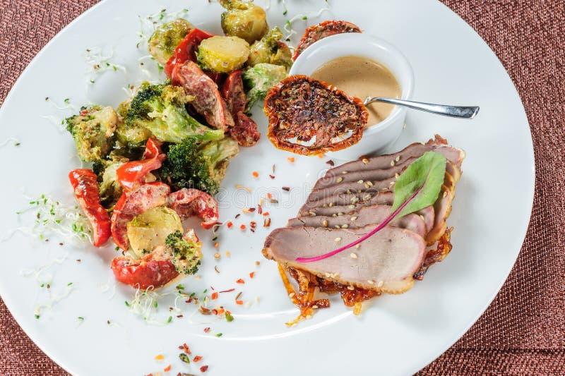 Farina di carne di Slised con le verdure sul piatto bianco fotografie stock