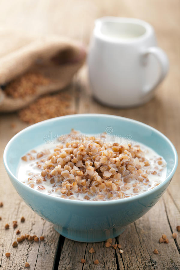 Farina di grano saraceno con latte fotografia stock libera da diritti