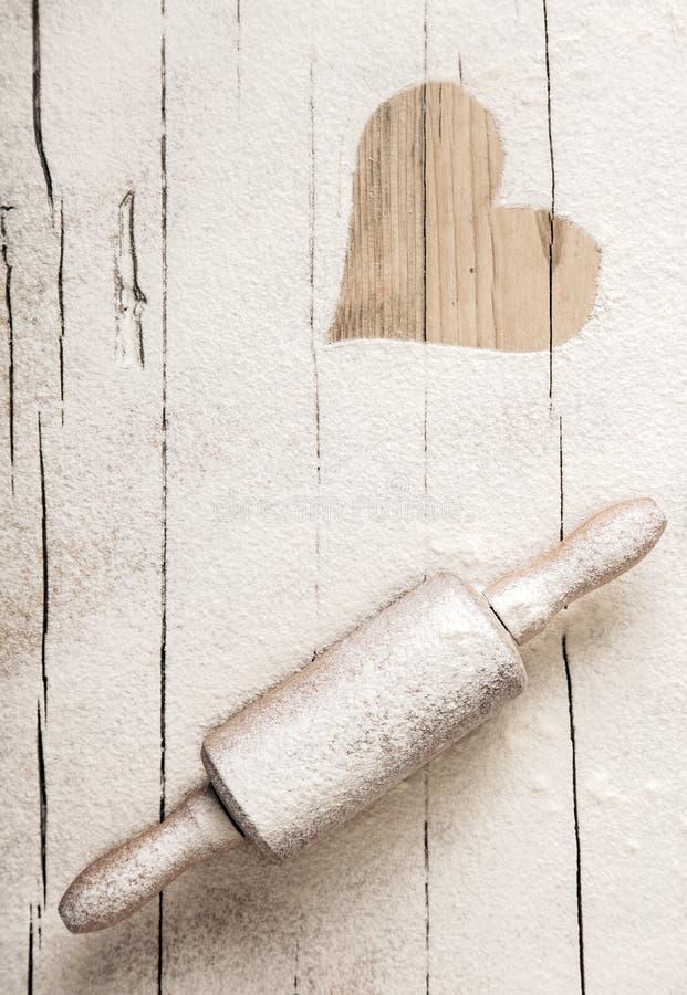 Farina sparsa su un vecchio matterello di legno fotografie stock libere da diritti
