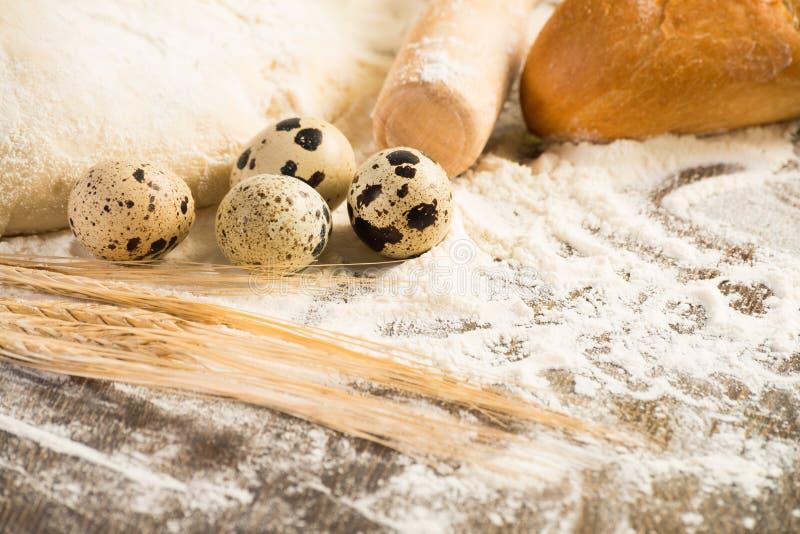 Farina, uova, pane bianco, orecchie del grano fotografia stock