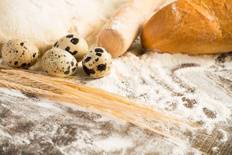 Farina, uova, pane bianco, orecchie del grano immagine stock