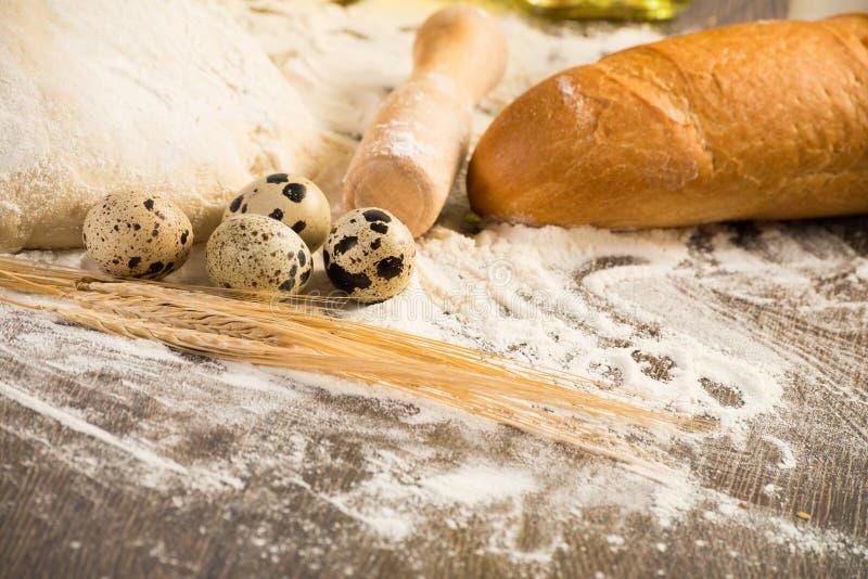 Farina, uova, pane bianco, orecchie del grano immagini stock libere da diritti