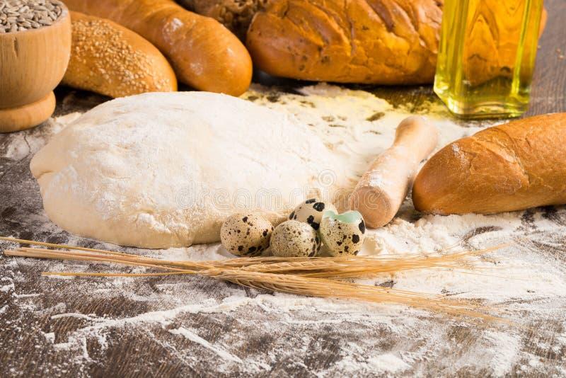 Farina, uova, pane bianco, orecchie del grano fotografie stock libere da diritti