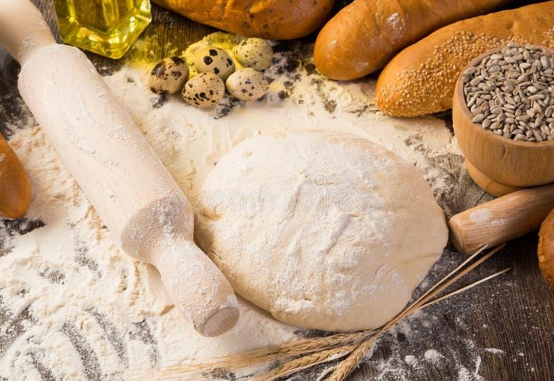 Farina, uova, pane bianco, orecchie del grano fotografia stock libera da diritti