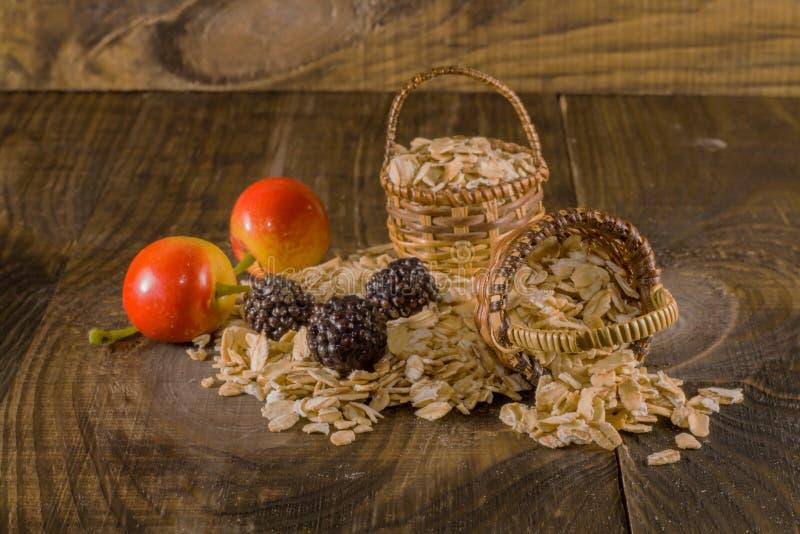 Farine d'avoine et fruit photo libre de droits