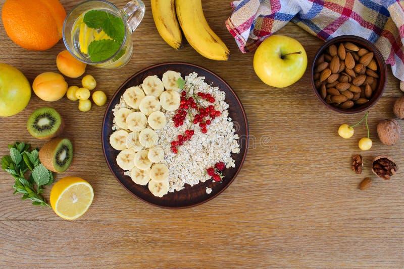 Farine d'avoine et fruit sur la table Nourriture saine Nutriti approprié image stock