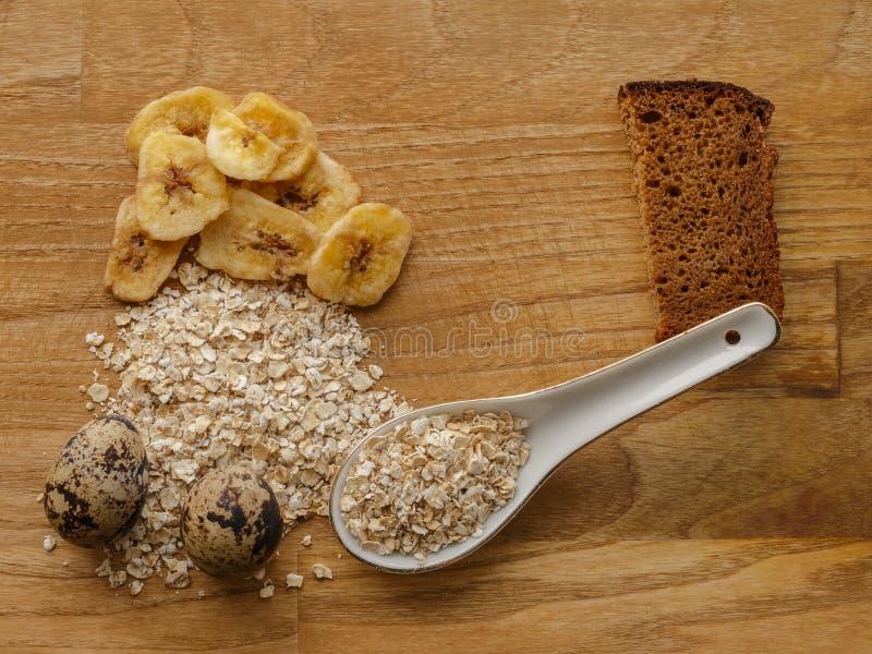 Farine d'avoine et oeufs et texture en bois de puces de pain et de banane photo stock