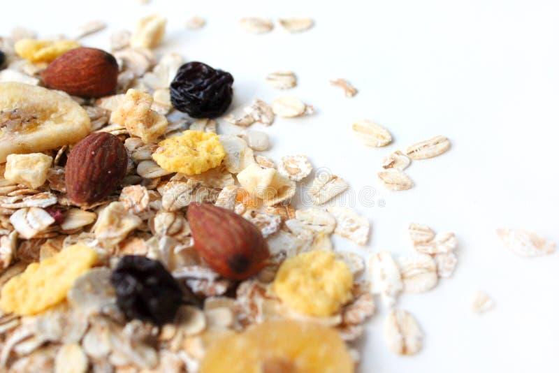 Farine d'avoine s?che Farine d'avoine avec des écrous, des cornflakes et des raisins secs photos stock