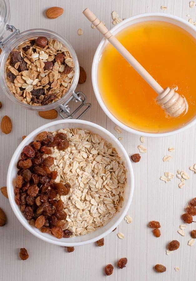 Farine d'avoine saine de petit d?jeuner avec des raisins secs dans la cuvette blanche Amandes photos libres de droits
