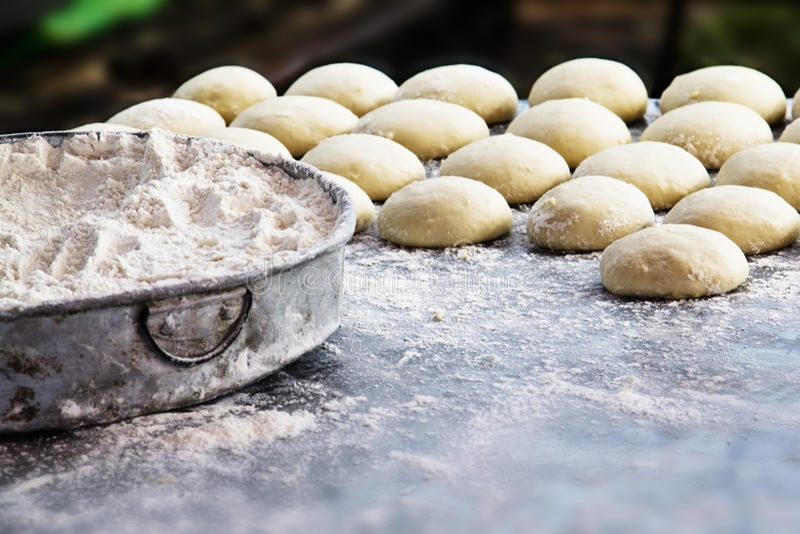 Farine et petit pain de blé image stock