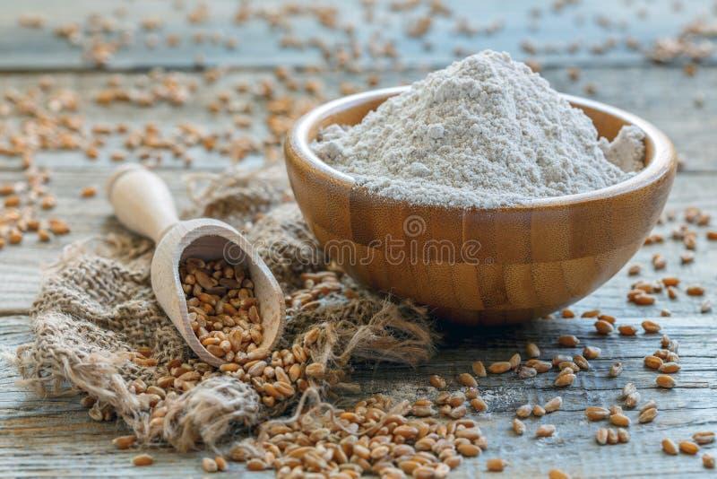 Farine et scoop de blé avec le grain photographie stock