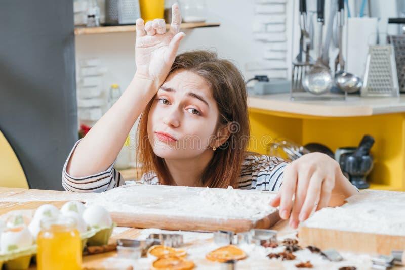 Farine fatiguée de mains de dame de portrait à la maison de loisirs images stock