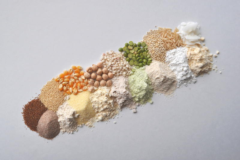 Farine gluten-gratuite d'alternative, grains et légumineuses - teff, amaranthe, maïs, pois chiches, sorgho, pois, quinoa, riz, co images stock