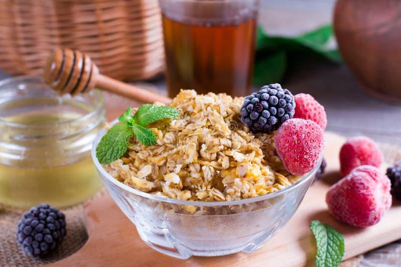 Farinha de aveia caseiro com as bagas para o café da manhã na tabela, close up imagem de stock royalty free