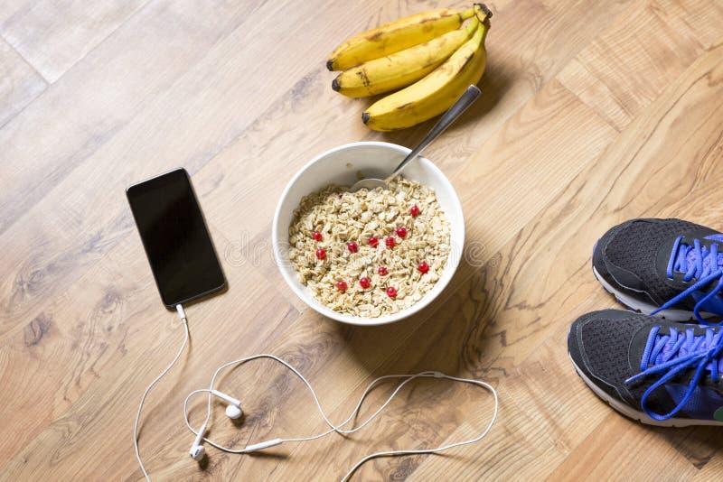 Farinha de aveia com bagas e banana após um exercício r imagens de stock royalty free