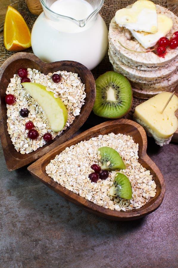 Farinha de aveia, fruto fresco, bagas e outros produtos úteis foto de stock royalty free