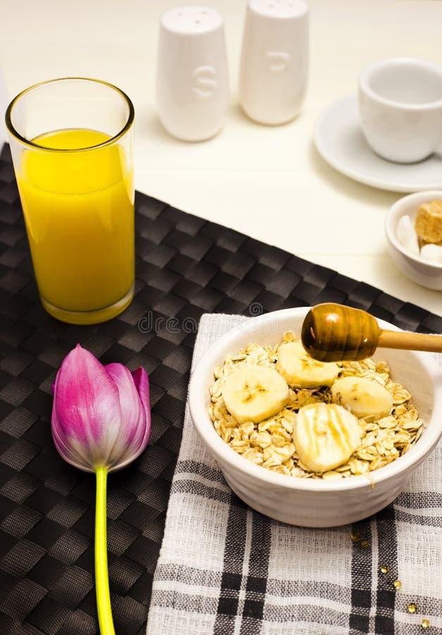 Farinha de aveia, mel e suco de laranja do papa de aveia fotografia de stock
