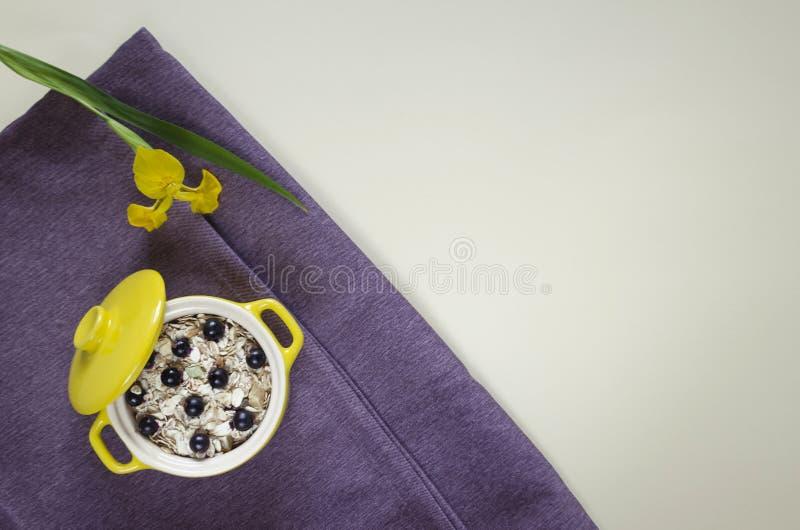 Farinha de aveia saudável colocada plano do café da manhã, muesli com mirtilos frescos e corintos foto de stock royalty free