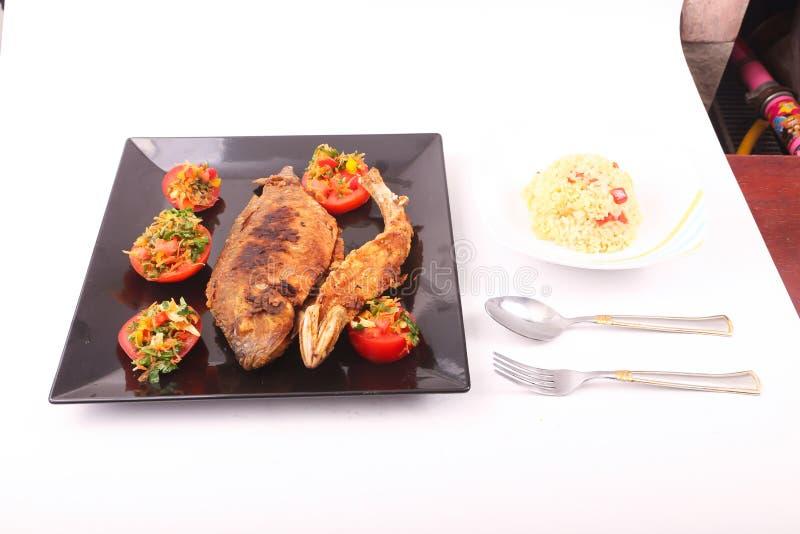Farinha de peixes com salada foto de stock