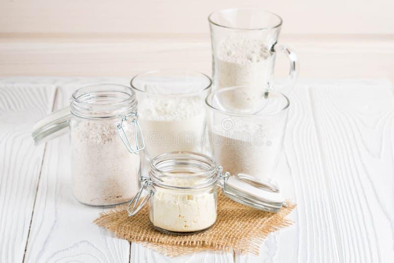 A farinha diferente range, trigo, milho, centeio, aveia, soletrada, linho fotografia de stock royalty free