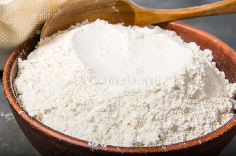 Farinha do cereal na bacia fotos de stock