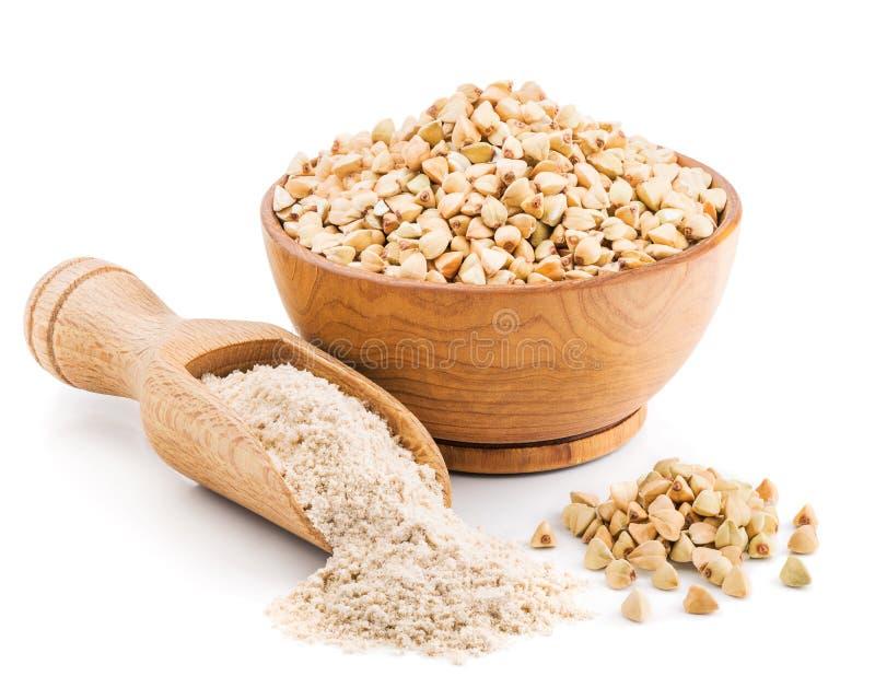Farinha inteira do trigo mourisco da grão no branco foto de stock royalty free
