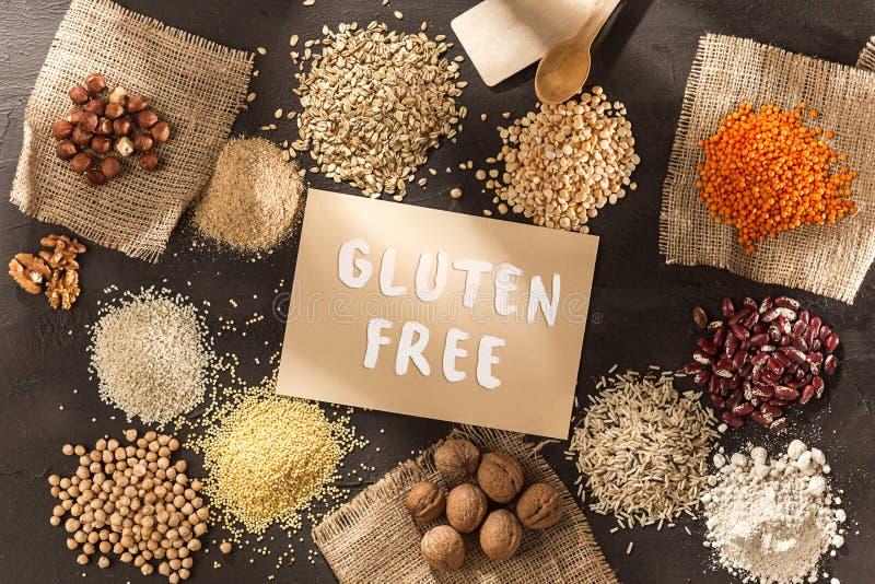 Farinha sem glúten e cereais painço, quinoa, pão de milho, trigo mourisco marrom, arroz com o texto sem glúten fotografia de stock royalty free