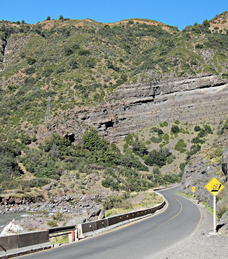 Farlig bergsväg som leder till Embalse el Yeso i Chile royaltyfri fotografi