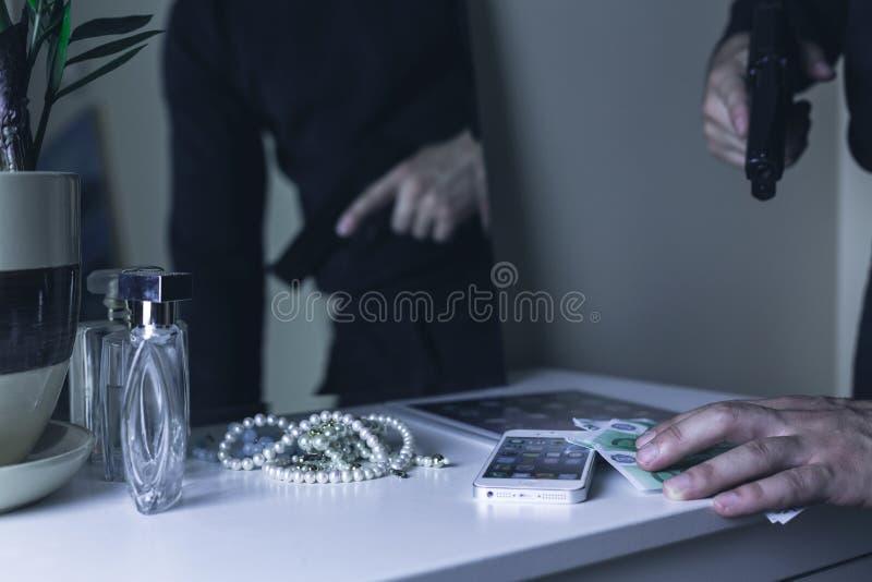Farlig beväpnad rånare royaltyfri foto