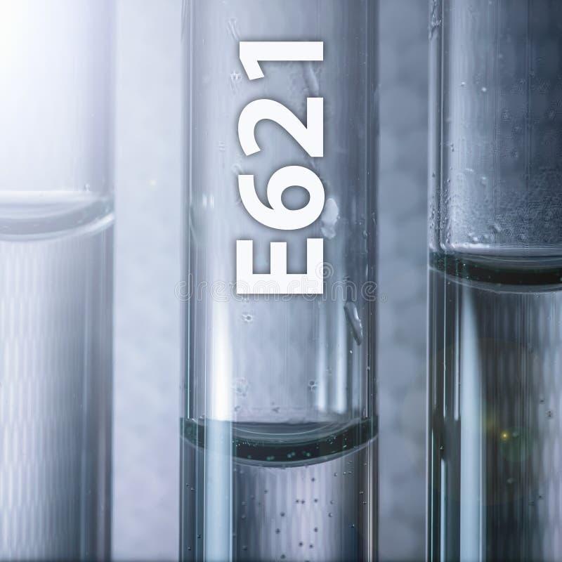 Farlig enhancer för anstrykning för mattillsats - monosodium glutamat E621 i en medicinsk provrör royaltyfri foto