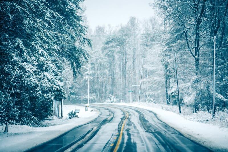 Farlig hal och iskall väglag fotografering för bildbyråer