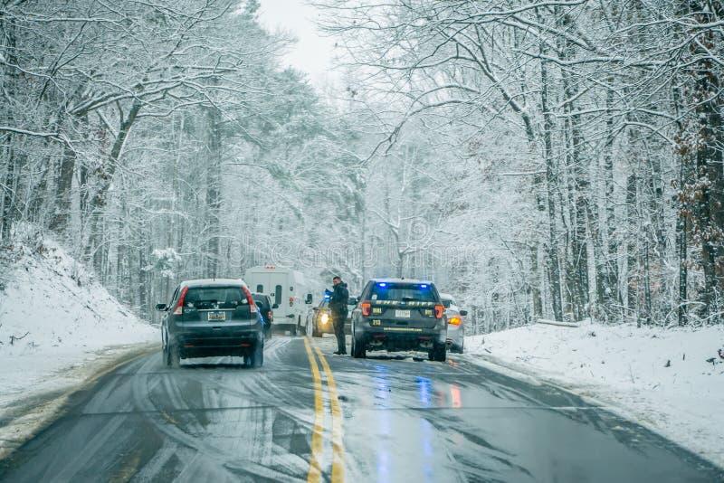Farlig hal och iskall väglag arkivbilder