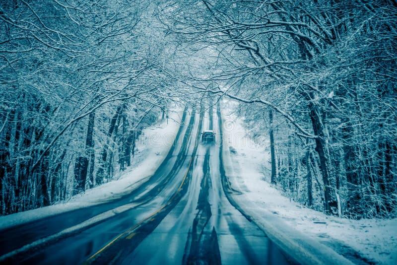 Farlig hal och iskall väglag arkivbild