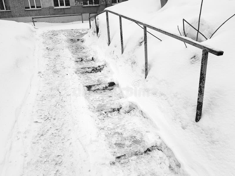 Farlig hal trappa och gammal ledstång i vinter arkivbilder