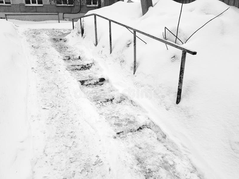 Farlig hal trappa och gammal ledstång i vinter royaltyfria foton