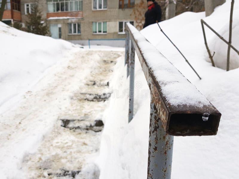 Farlig hal trappa och gammal ledst?ng i vinter fotografering för bildbyråer