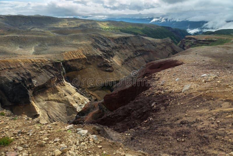 Farlig kanjon nära den Mutnovsky vulkan i Kamchatka royaltyfria foton