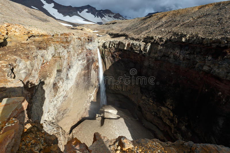 Farlig kanjon, vattenfall på floden Vulkannaya Mutnovsky vulkan kamchatka royaltyfri fotografi