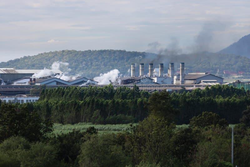 Farlig rök över lampglaset av fabriken Milj?f?rorening royaltyfria foton