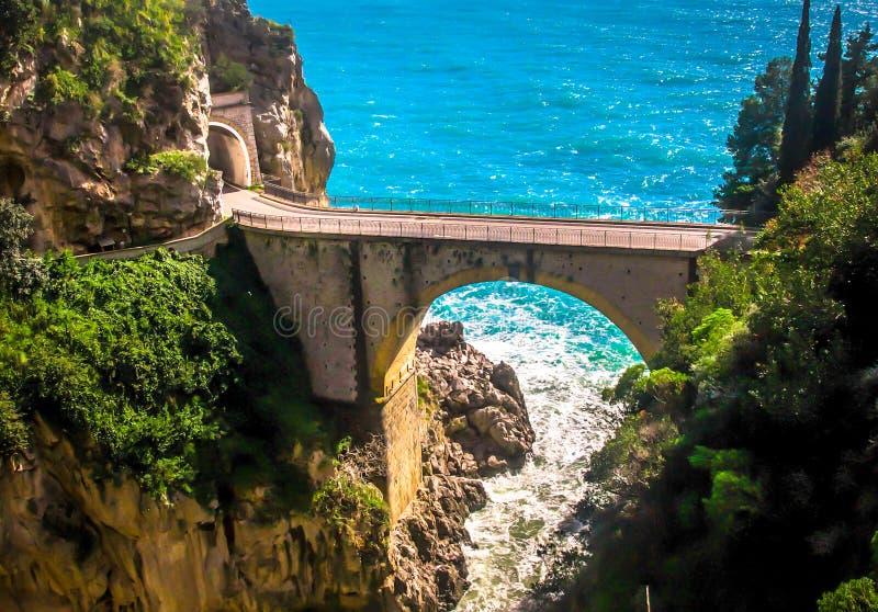 Farlig väg, Amalfi kust, Italien arkivbilder