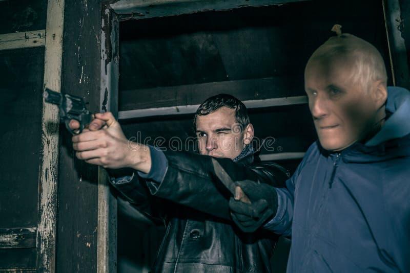 Farliga beväpnade män arkivbilder