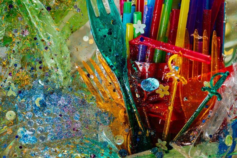 Farliga plast- kombinerade förfogandesugrör och gafflar arkivfoton