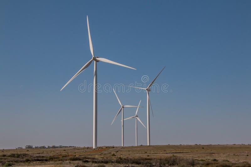 Farma wiatrowa z wiatr zasilać władz wywołującymi turbinami zdjęcie stock
