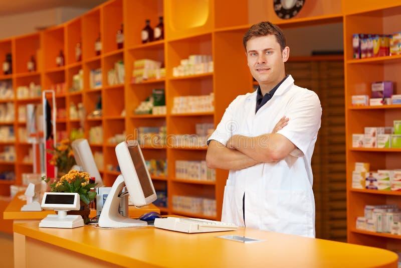 Farmacéutico con los brazos cruzados imagen de archivo