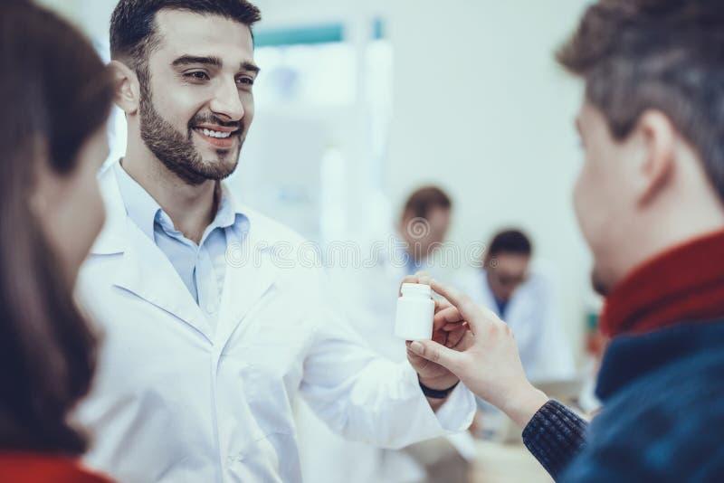 Farmacéutico Consultate clientes foto de archivo