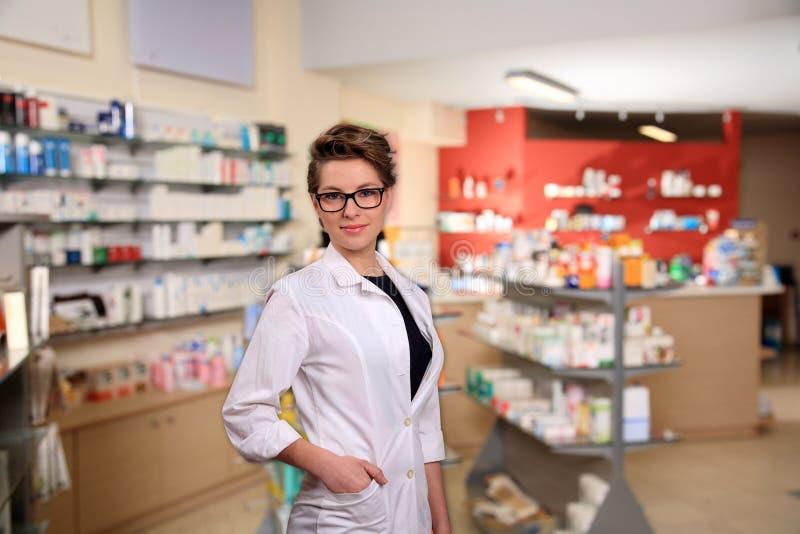 Farmacéutico de sexo femenino joven imagenes de archivo